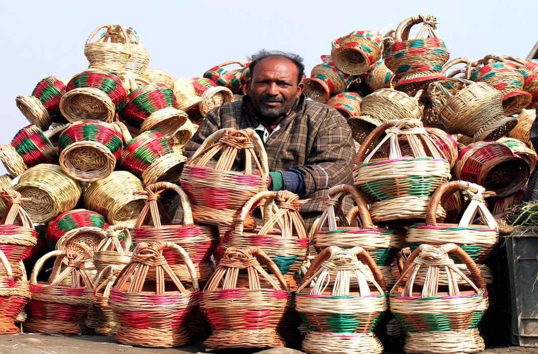 WINTER SCENERY: A roadside vendor sells kangri, the traditional Kashmiri firepot, in Srinagar, UNI