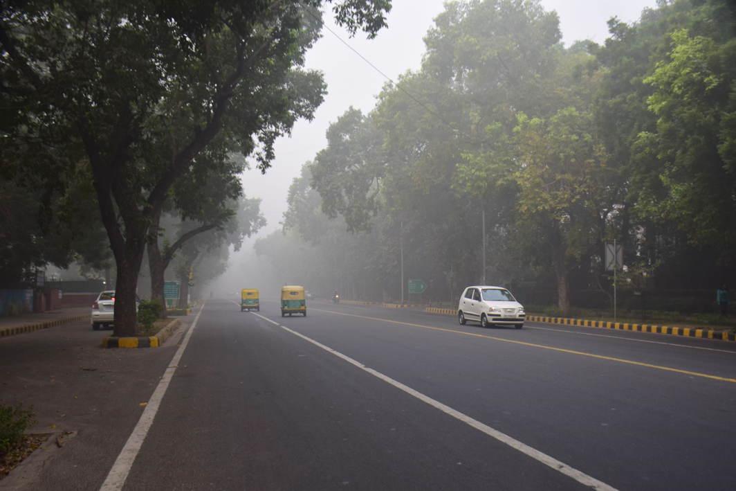 HAZY TUESDAY: Dense fog envelops Delhi, UNI