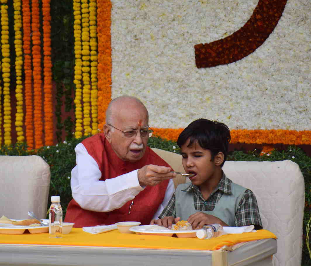 DINE WITH ME: Senior BJP leader LK Advani has breakfast with visually impaired students from a blind school, on his 90th birthday, in New Delhi, UNI