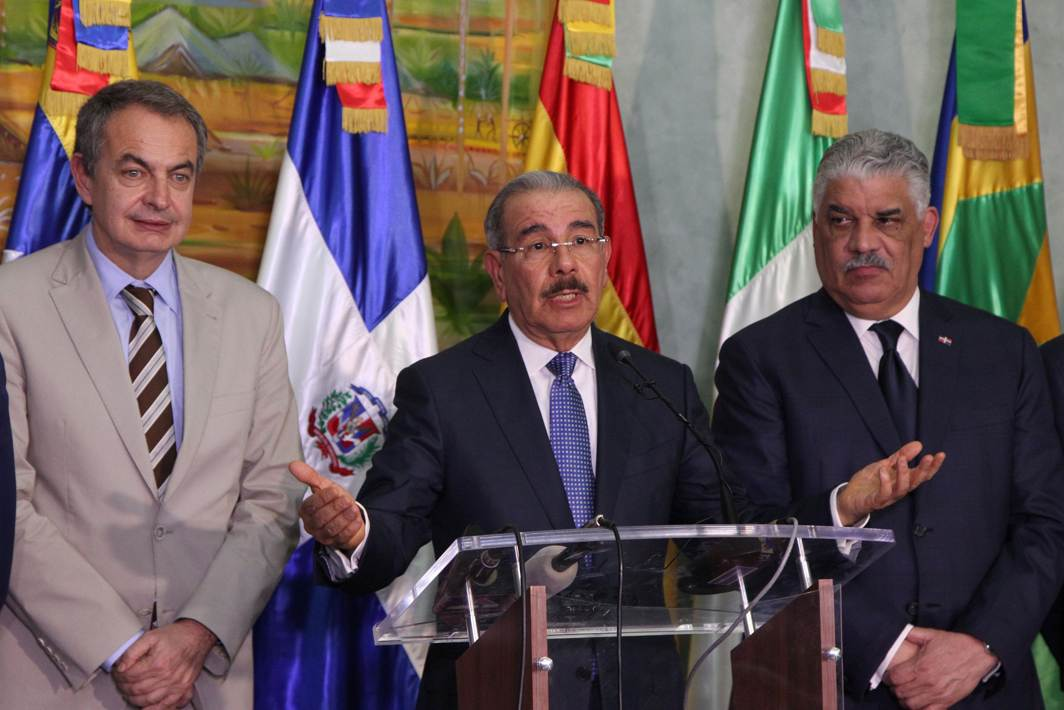 THREE MEDIATORS: (L-R) Former Spanish Prime Minister Jose Luis Rodriguez Zapatero, Dominican Republic's president Danilo Medina and Chancellor Miguel Vargas talk to the media after attending a meeting between Venezuela's government and opposition coalition in Santo Domingo, Dominican Republic, Reuters/UNI
