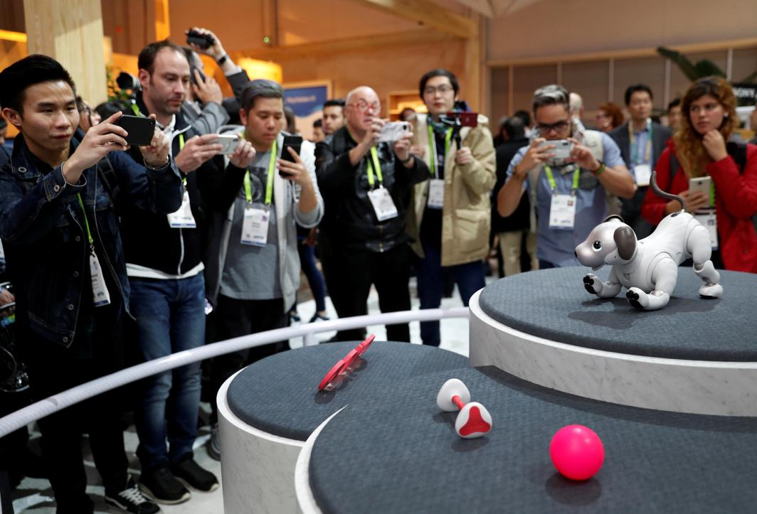 E-PETS THE NEW EMOTIONAL FRONTIER: Journalists take photos of Aibo, a robotic dog, during a Sony news conference at the 2018 CES in Las Vegas, Nevada, US, Reuters/UNI