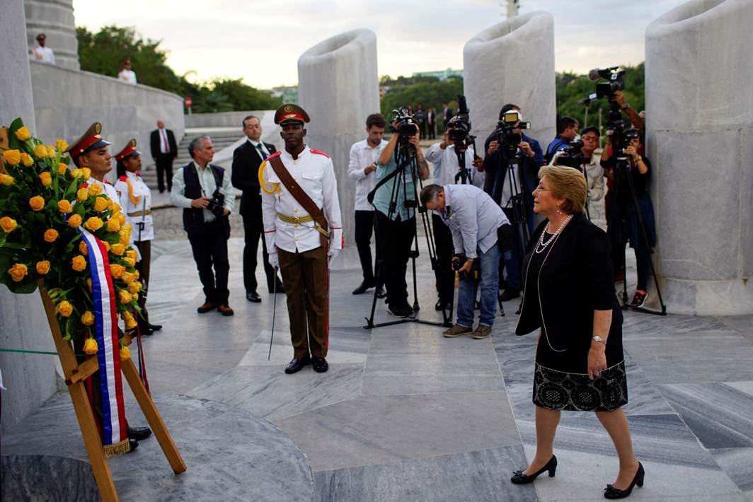 HER BLESSINGS: Chile's President Michelle Bachelet (R) takes part in a wreath-laying ceremony at the Jose Marti monument at Revolutionary Square in Havana, Cuba, Reuters/UNI