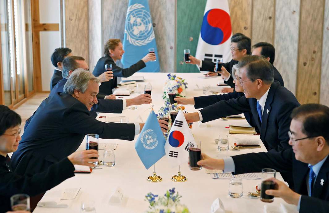 GOOD MORNING WORLD: South Korean President Moon Jae-in makes a toast with United Nations Secretary-General Antonio Guterres during their meeting in Gangneung, South Korea, Reuters/UNI