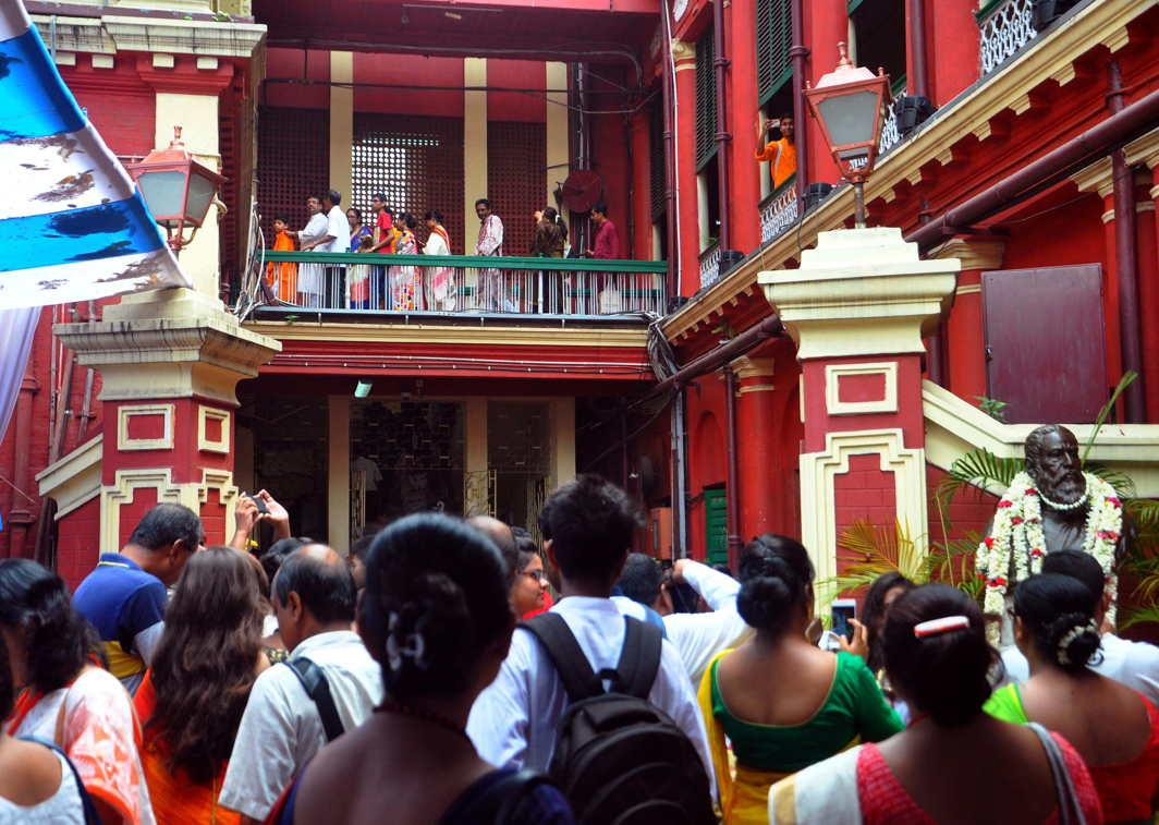 People make a long queue to pay respects to the Nobel Laurete Rabindranath Tagore at his birthplace at Thakurbari on the occasion of his birth anniversary in Kolkata, UNI