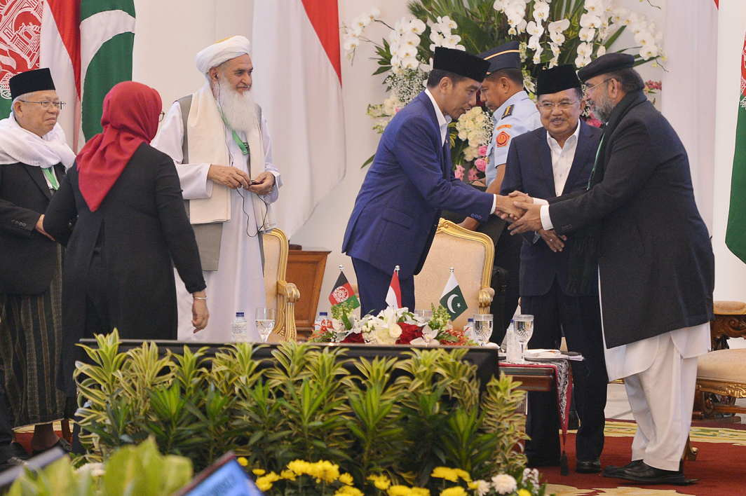 Indonesian President Joko Widodo (C) shakes hands with Chairman of Pakistan's Council of Islamic Ideology Qiblq Ayaz (R) as Indonesian Vice President Jusuf Kalla (2nd R), Foreign Minister Retno Marsudi (2nd L), Chairman of Indonesian Ulema Council Ma'ruf Amin (L) and head of Ulama Council Afghanistan Qiamuddin Kashaf (3rd L) look on at a meeting between Afghan, Indonesian and Pakistani clerics to discuss peace and stability in Afghanistan at the presidential palace in Bogor, Indonesia, Antara Foto/Wahyu Putro A/Reuters/UNI