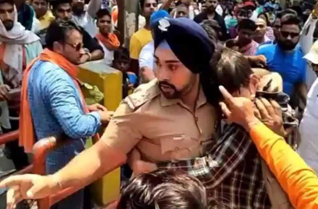 Lone cop takes on Hindutva lynch mob, saves Muslim man