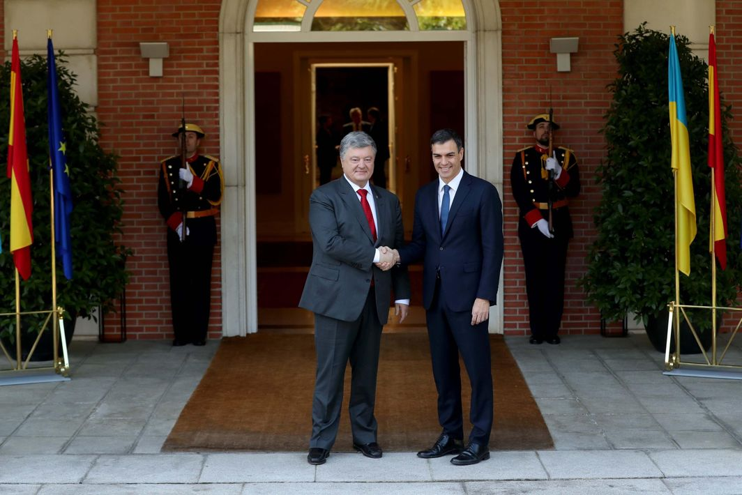 Spain's new Prime Minister Pedro Sanchez greets Ukrainian President Petro Poroshenko before their meeting at the Moncloa Palace in Madrid, Spain, Reuters/UNI