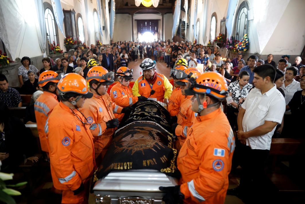 Rescuers carry the coffin of Juan Fernando Galindo, member of the National Coordinator for Disasters Reduction (CONRED), during his funeral in Alotenango, Guatemala, Reuters/UNI