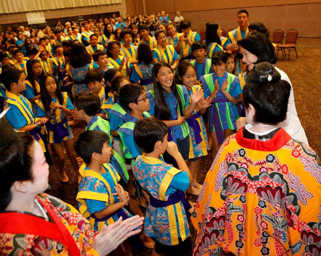 Japan's Princess Kiko greets children at the Hawaii Okinawa Center in Waipahu, Hawaii, US, Reuters/UNI
