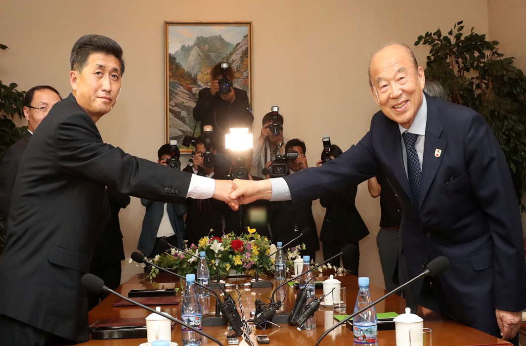 South Korea's delegation leader Park Kyung-seo, head of the Korean Red Cross, and North Korea's delegation leader Pak Yong-il, vice-chairman of the Committee for the Peaceful Reunification of the Country, shake hands during their meeting at a hotel on Mount Kumgang, North Korea, Reuters/UNI
