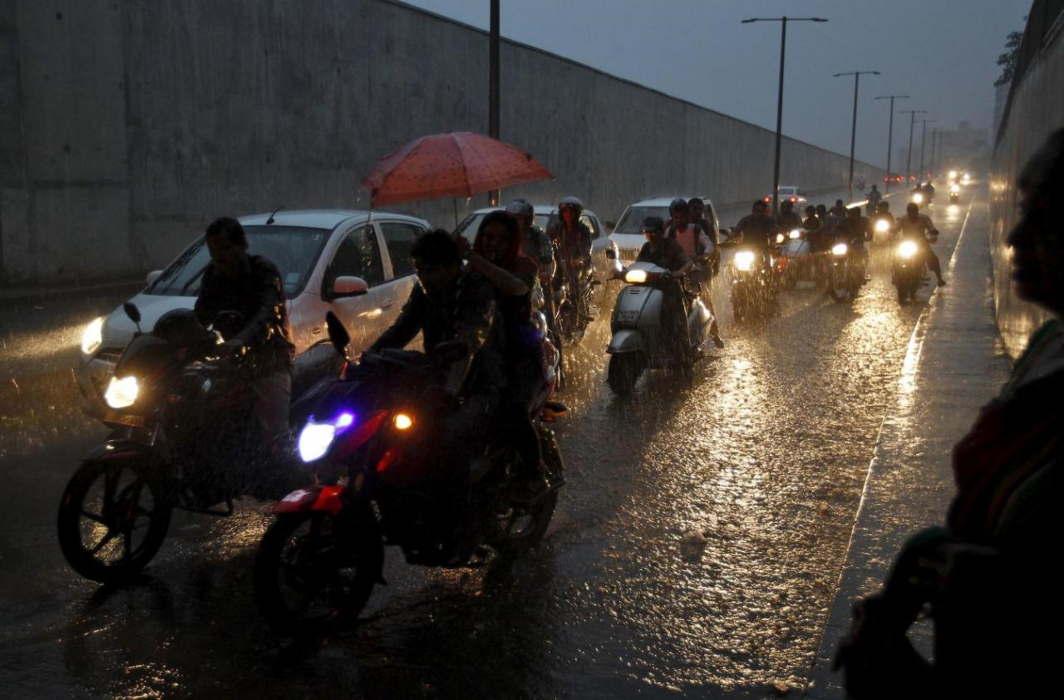 Rain hits Delhi-NCR, MeT forecasts 3 days heavy shower