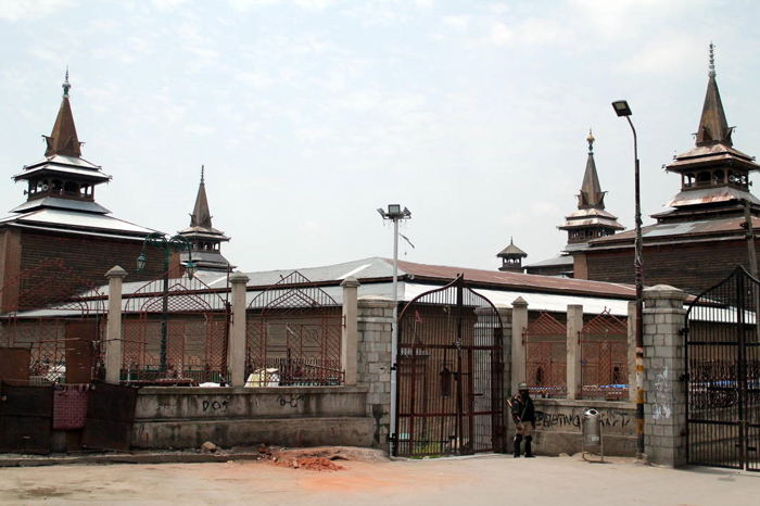 A security personnel stand guard outside Jamia Masjid to prevent any Friday congregation in downtown Srinagar, UNI