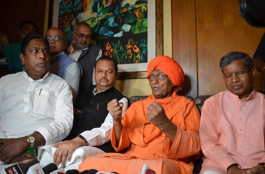 Social activist Swami Agnivesh with senior Congress leader Subodh Kant Sahay, former Jharkhand Chief Minister Babulal Marandi, Former Jharkhand Assembly Speaker Alamgir Alam and other opposition party leaders at a press conference in Ranchi, UNI