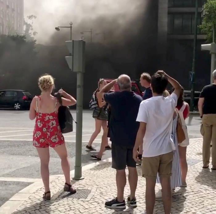 Smoke is seen near El Corte Ingles building in Lisbon, Portugal, Amir Hosseinpour/Reuters/UNI