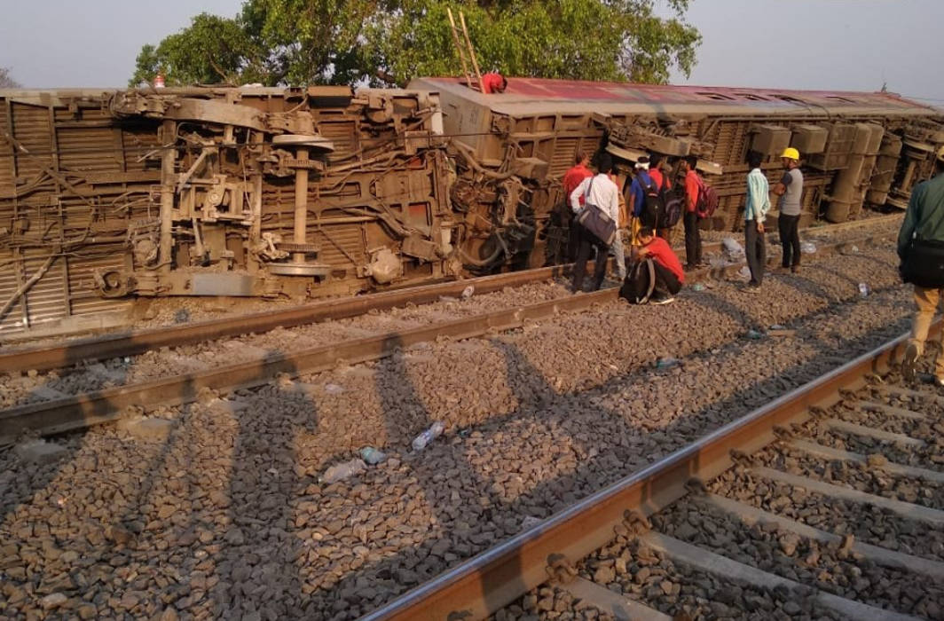 Howrah-New Delhi Poorva Express derails near Kanpur, 14 injured