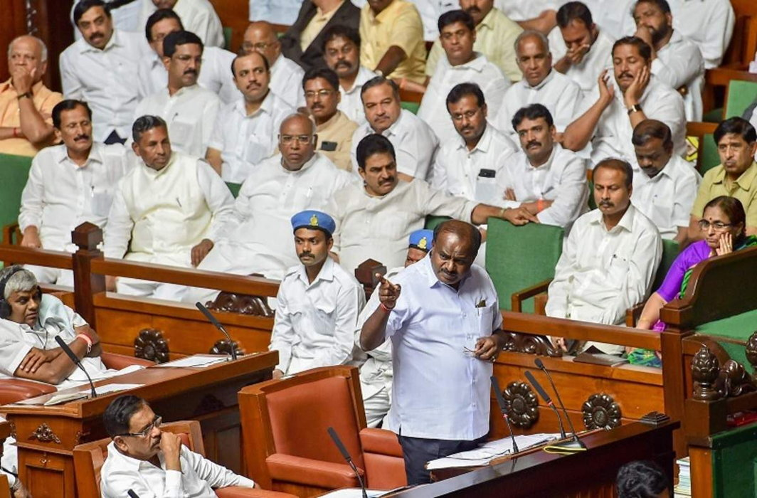 Kumaraswamy seeks confidence motion, SC orders Speaker not to decide MLAs resignations till Tuesday