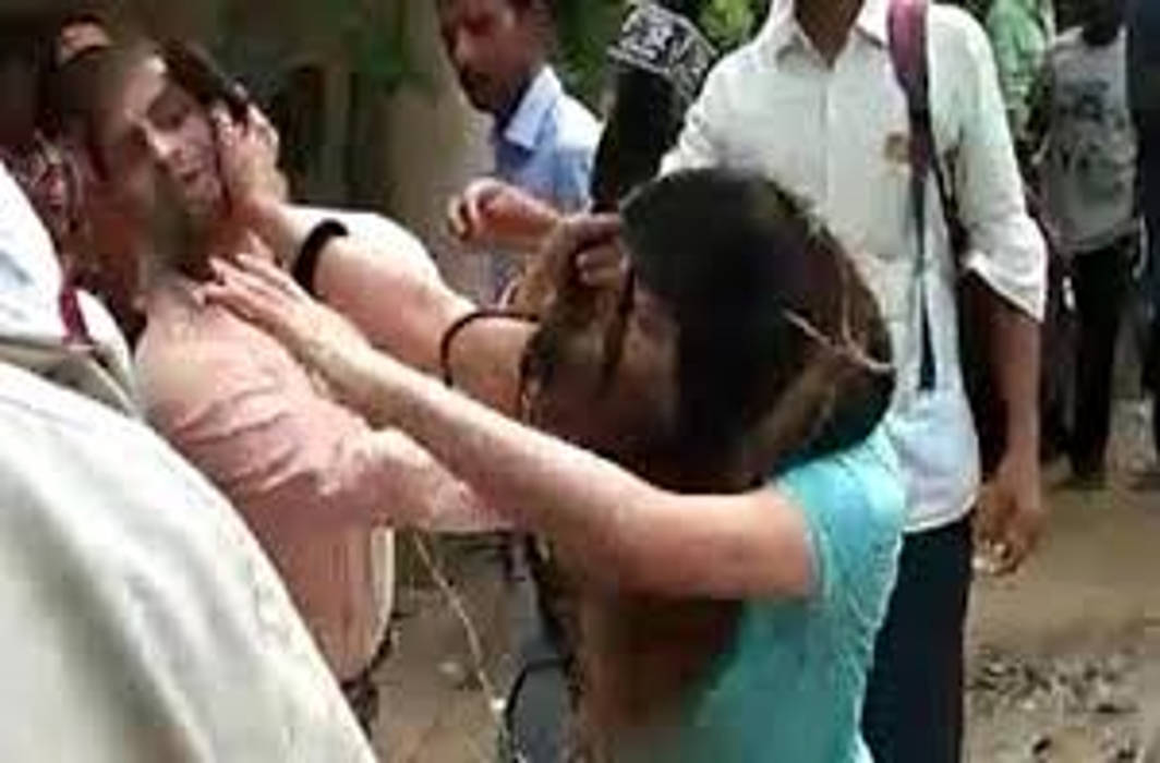 A lady chartered accountant drags cop on car: Beats up journalist