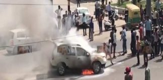 A moving car burns, the driver jumped up and saved his life