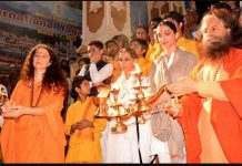 Deepika Padukone in the refuge of Ganga with mother, camped in Rishikesh