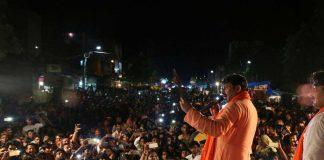 Somebody threw stone at Manoj Tiwari in election rally