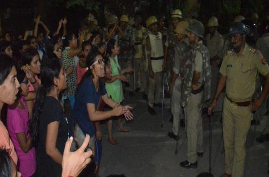 lathi charge on girls in BHU, CM yogi gave instruction of investigation