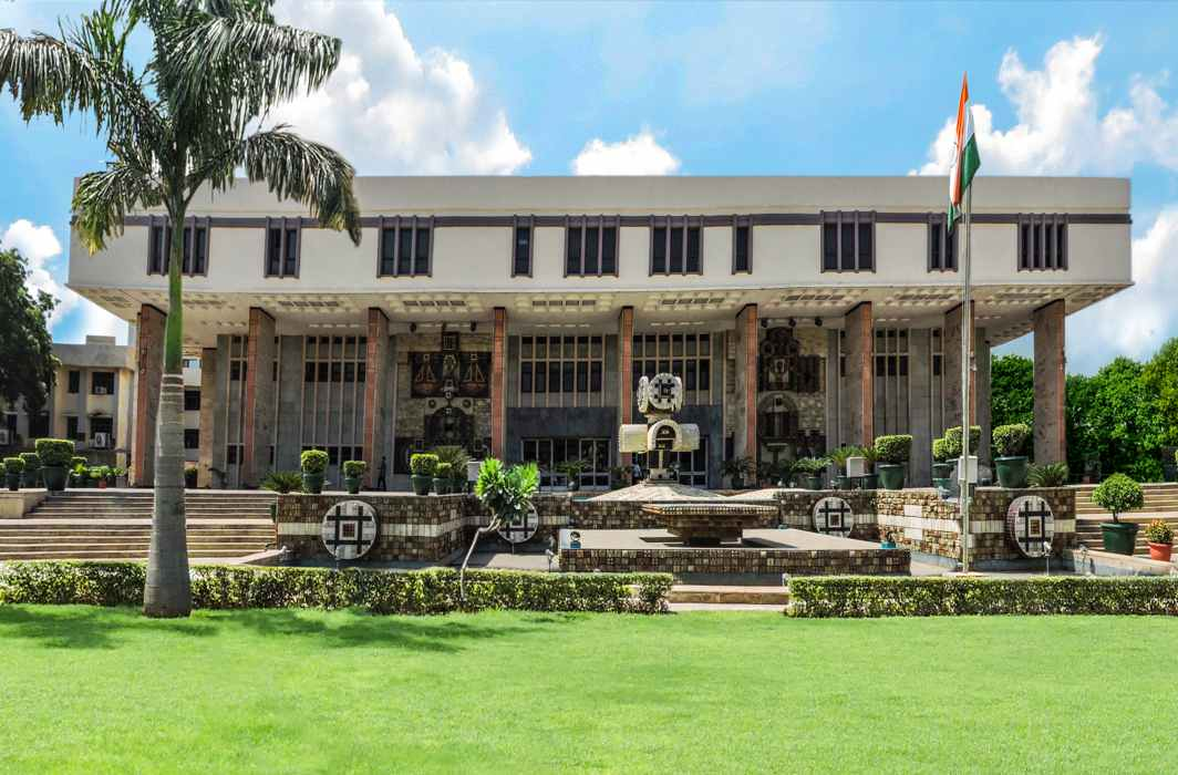 Delhi Chief Secretary Anshu Prakash will not be present at the moment before the assembly committee - HC stopped the ban