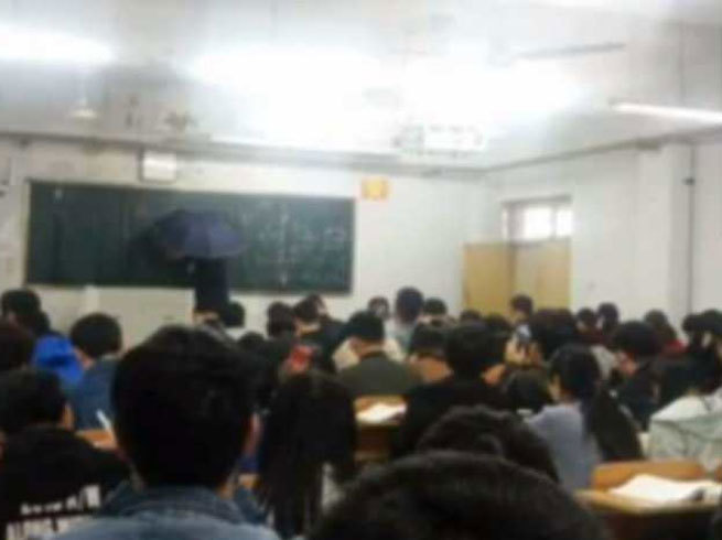 Salute this teacher of China, class under leaking roof