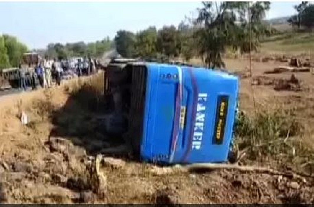 bus has an accident when going to police requirement examination, 1 killed, 20 wounded