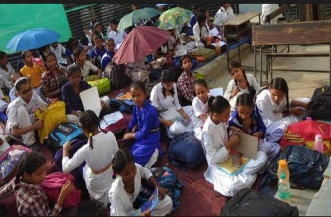 Fear of falling of school building Students are reading in tents in rain