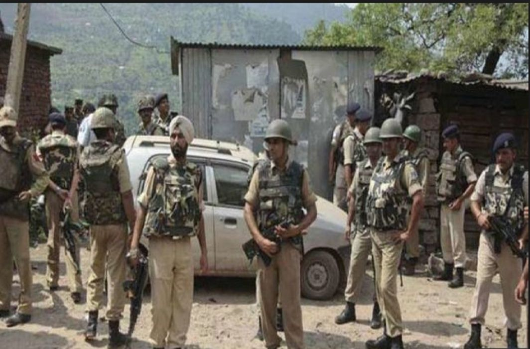 Terrorists kidnapped 10 policemen families in Kashmir