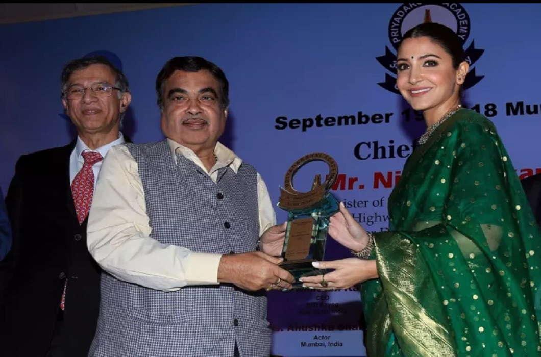 Union Minister Nitin Gadkari gave Smita Patil award to Anushka Sharma