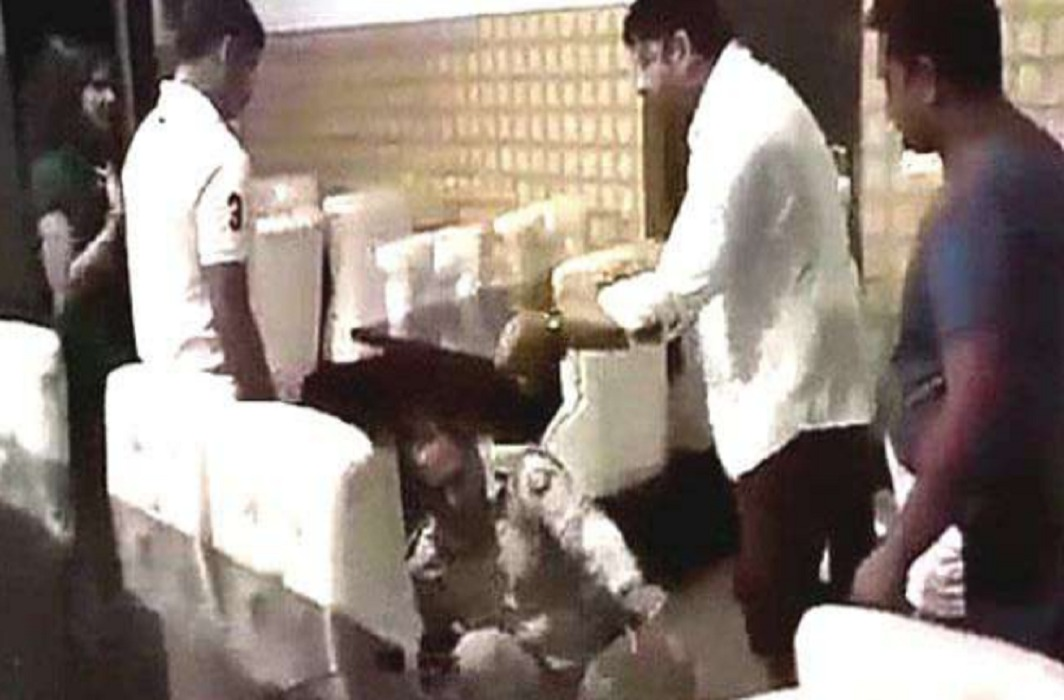 BJP councillor thrashes a Sub-Inspector in Meerut Hotel. Video viral