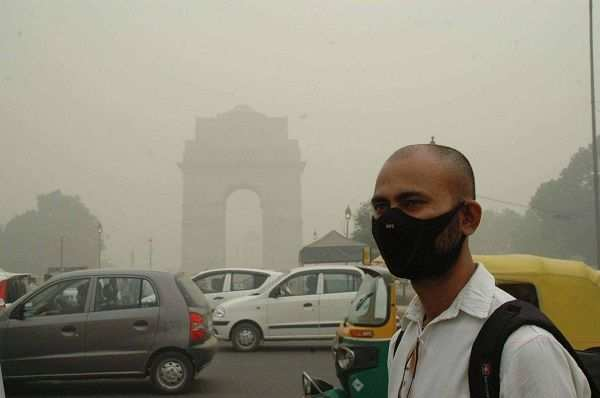 NEW DELHI, NOV 6 (UNI):- Man wearing mask to save himself from pollution near India Gate on Sunday. UNI PHOTO-7U