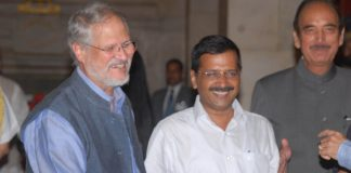 Delhi Chief Minister Arvind Kejriwal (Centre) with Lt Governor Najeeb Jung (Left) during an occasion in New Delhi. Photo: UNI
