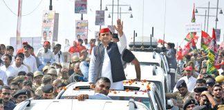 UP CM Akhilesh Yadav at a rath yatra in Lucknow. Photo: UNI