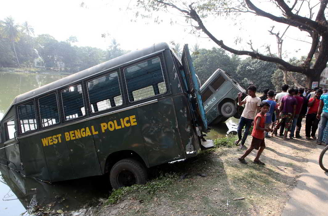 Police vehicles dumped during farmers' protest against acquisition of land in Bhangar in South 24 Parganas district. Photo: Jhumur Bhowmick
