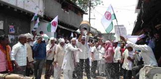 Farmers agitating at Wakodi village in Nagpur district. Photo: UNI
