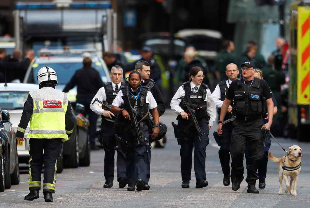 Armed police officers walk outside Borough Market after an attack left 6 people dead and dozens injured in London on June 3 night. Photo: UNI