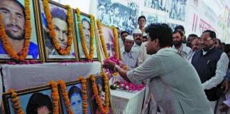 Congress leader Jyotiraditya Scindia pays tributes to farmers who died in Mandsaur violence. Photo: UNI