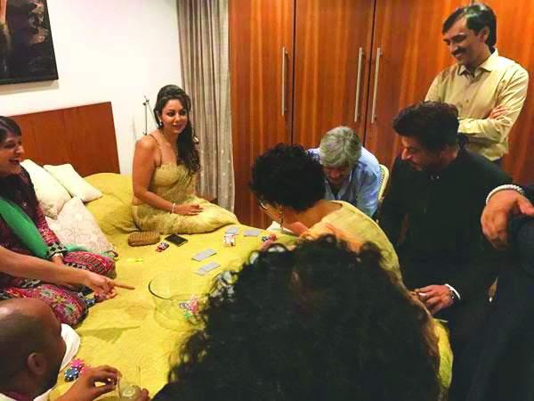 Shah Rukh Khan, Gauri Khan and Kiran Rao play cards as a pre-Diwali ritual. Photo: bollywoodlife.com