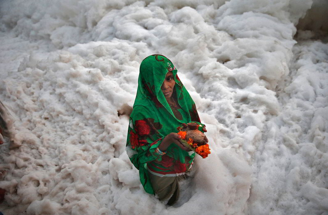 A Hindu woman worships the Sun god in the polluted waters of the river Yamuna during the Hindu religious festival of Chatt Puja (file picture). Photo: UNI