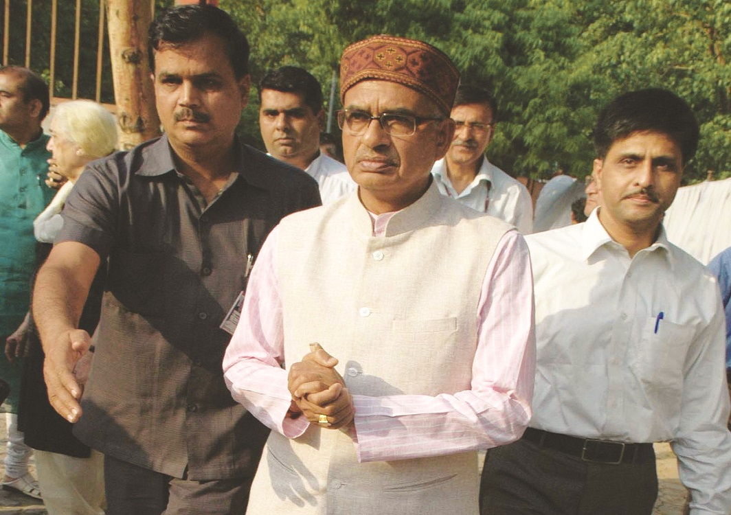CBI's clean chit to Shivraj Singh Chouhan has turned the spotlight back on Digvijaya Singh. Photo: UNI