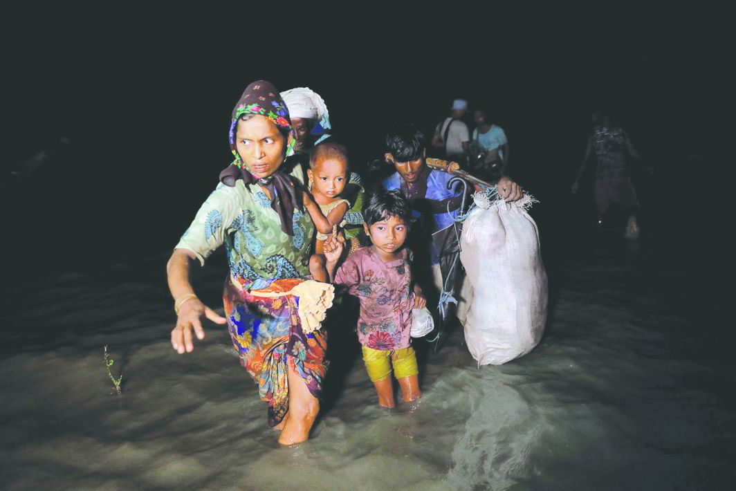 Refugees arrive by boat from Myanmar to Shah Porir Dwip near Cox's Bazar in Bangladesh. Photo: UNI