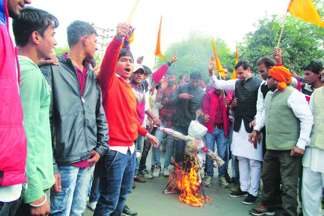 Members of Karni Sena burn an effigy of Sanjay Leela Bhansali in Sirsa, seeking a ban on his upcoming film Padmavati