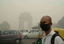 Man wearing mask to save himself from pollution near India Gate in New Delhi (file picture). Photo: UNI