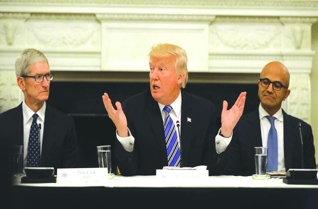 President Donald Trump holds talks with Apple and Microsoft CEOs Tim Cook (L) and Satya Nadella, respectively, in Washington. Photo: UNI