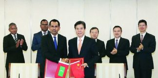Maldivian minister Mohammed Saeed (left) and his Chinese counterpart Zhong Shan finalise the Free Trade Agreement in Beijing/Photo: zhongshan2.mofcom.gov.cn