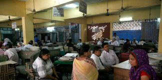People waiting at Gurgaon District Court/Photo: Anil Shakya