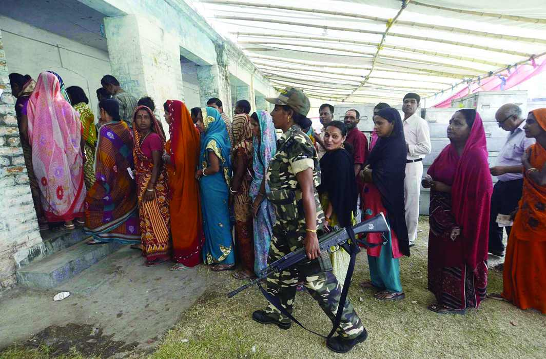 Voters queue up to cast their votes at a polling booth in the 2014 parliamentary elections in Samastipur, Bihar/Photo: UNI