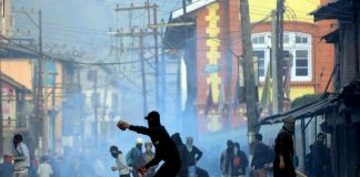 Youths pelting stones towards security forces in J&K (representative image)/Photo: UNI